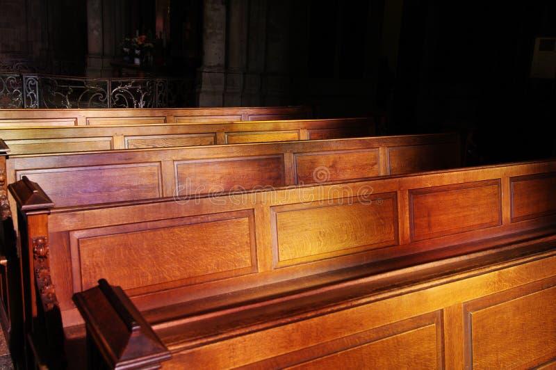 Bancos da igreja na Suécia fotografia de stock