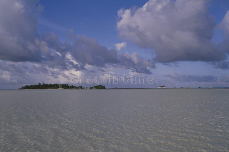 Bancos de arena del edificio en la isla de Rihivelli debido al océano-lev de la sublevación foto de archivo