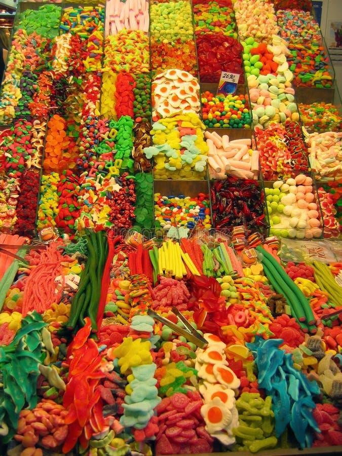 Bancos de caramelos de formas y de diversos colores en un mercado de Barcelona en España fotos de archivo