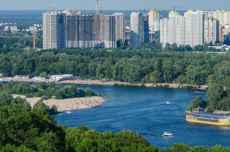Bancos de Dnipro, playas y áreas residenciales de Kyiv imagen de archivo libre de regalías