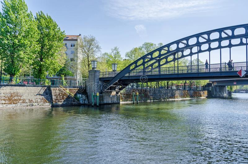 Bancos de la diversión del río con la pasarela Gerickersteg en fotos de archivo