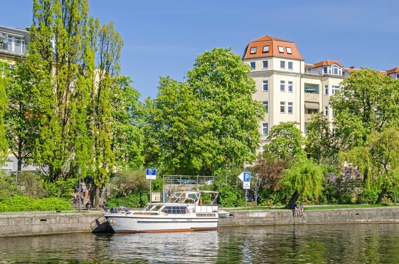 Bancos de la diversión del río con típico para los edificios cuartos des Westfalia del distrito en Berlín imagen de archivo
