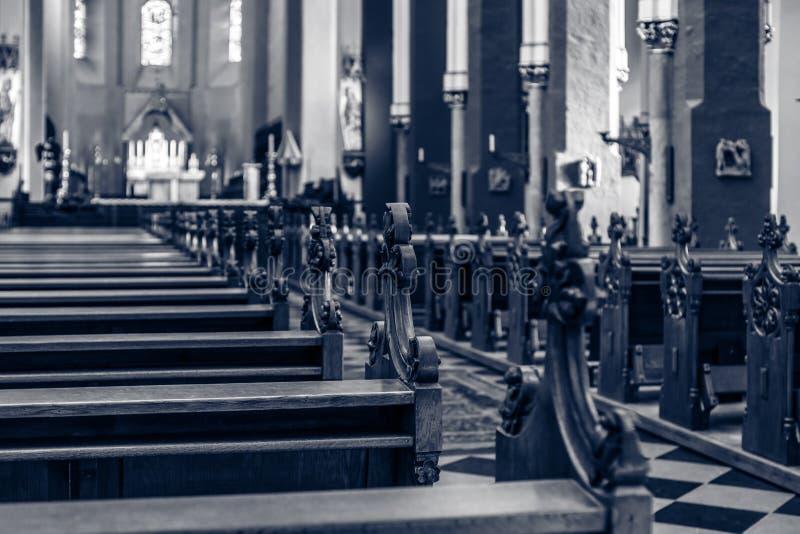 Bancos de la iglesia fotografía de archivo