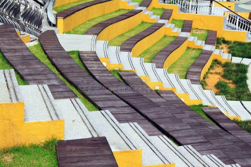 Bancos de madera coloridos fotos de archivo