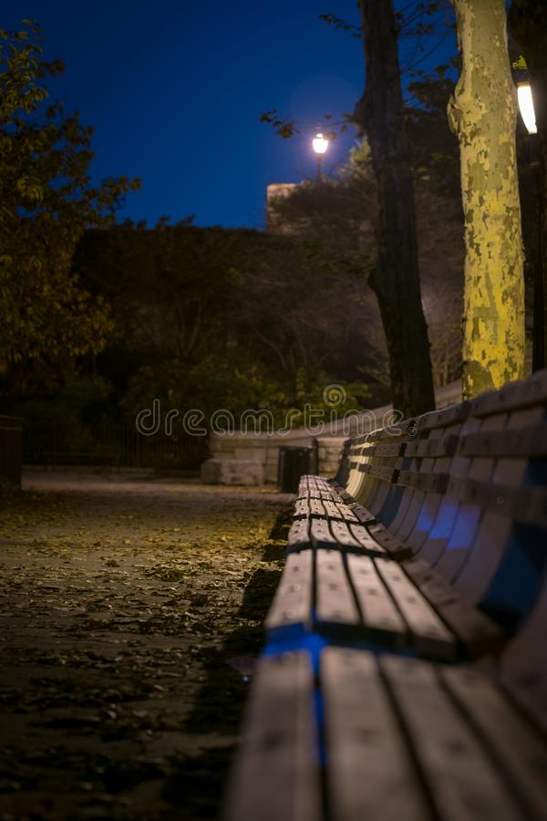Bancos de parque vazios em uma noite quieta do outono, em Carl Schurz Park, New York City foto de stock