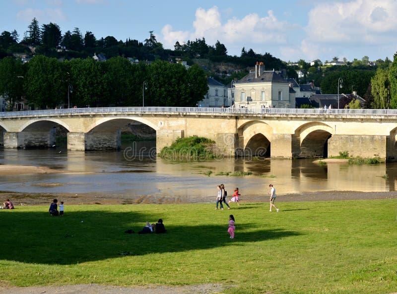 Bancos del río y del puente viejo, Chinon, Francia de Vienne foto de archivo libre de regalías