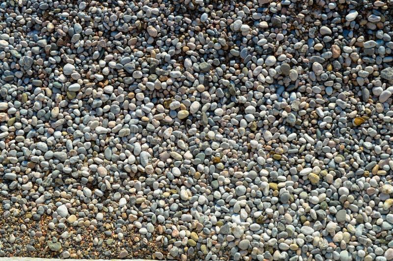 Bancos litorais de Pebble Beach da tira de tamanhos diferentes fotografia de stock