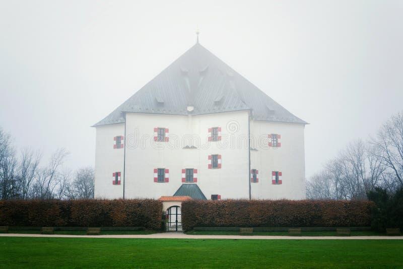 Bancos na frente da casa de campo Letohradek Hvezda do renascimento escondidos se névoa, reserva Hvezda do jogo de Praga, Repúbli imagem de stock royalty free