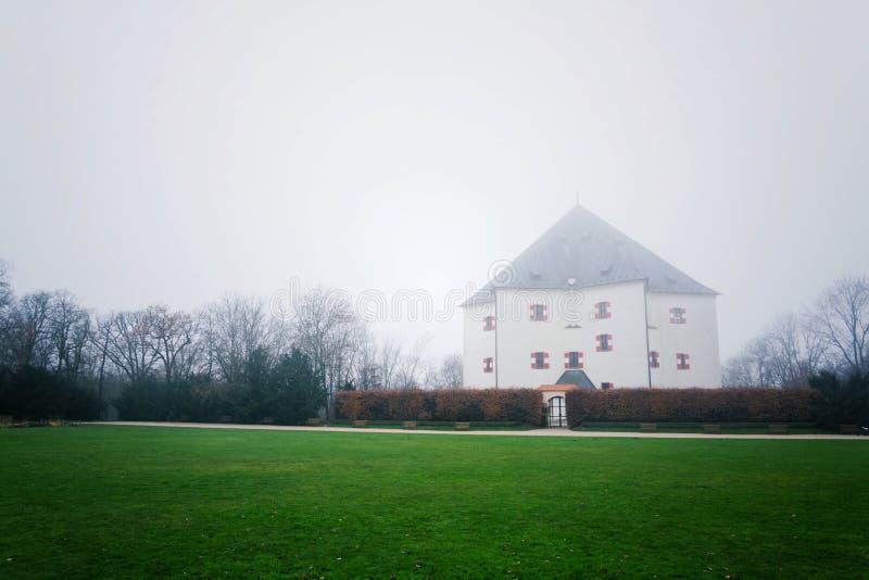 Bancos na frente da casa de campo Letohradek Hvezda do renascimento escondidos se névoa, reserva Hvezda do jogo de Praga, Repúbli fotografia de stock royalty free
