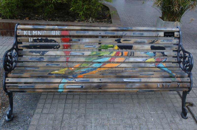 Bancos pintados de Santiago en Las Condes, Santiago de Chile imagenes de archivo