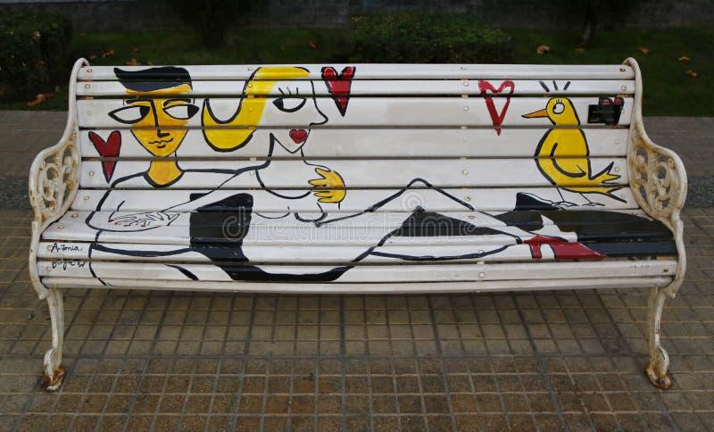 Bancos pintados de Santiago en Las Condes, Santiago de Chile foto de archivo