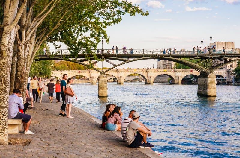 Bancos, Pont des Arts e Pont Neuf de Seine River no primeiro Arrondissement de Ile de la Menção, Paris, fotos de stock royalty free