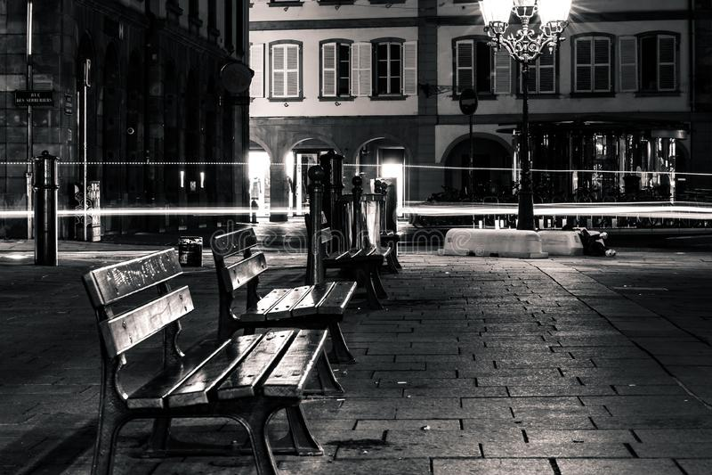 Bancos vazios sós na rua da noite no centro de Strasbourg fotos de stock royalty free