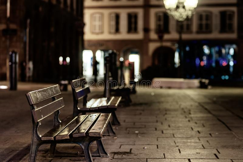 Bancos vazios sós na rua da noite no centro de Strasbourg foto de stock royalty free