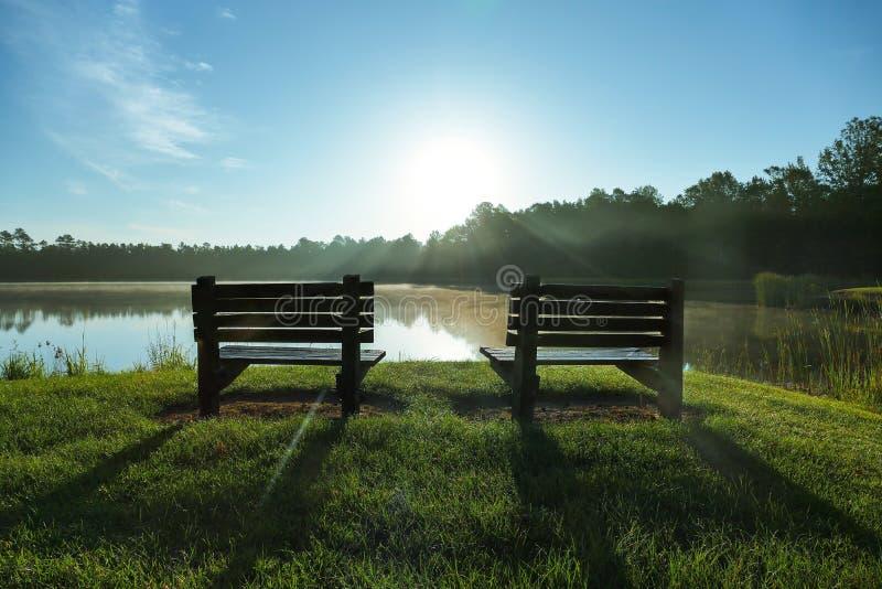 Bancs avec le coucher du soleil photos libres de droits
