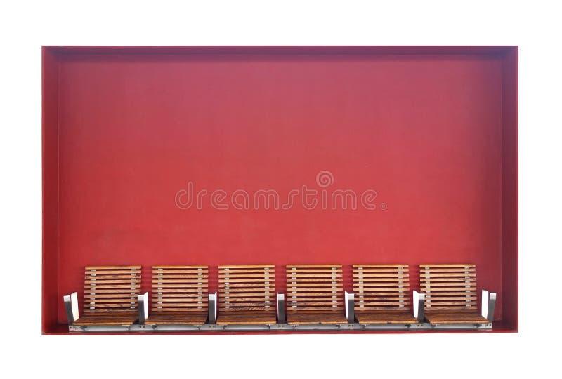 Bancs avec le fond rouge image libre de droits