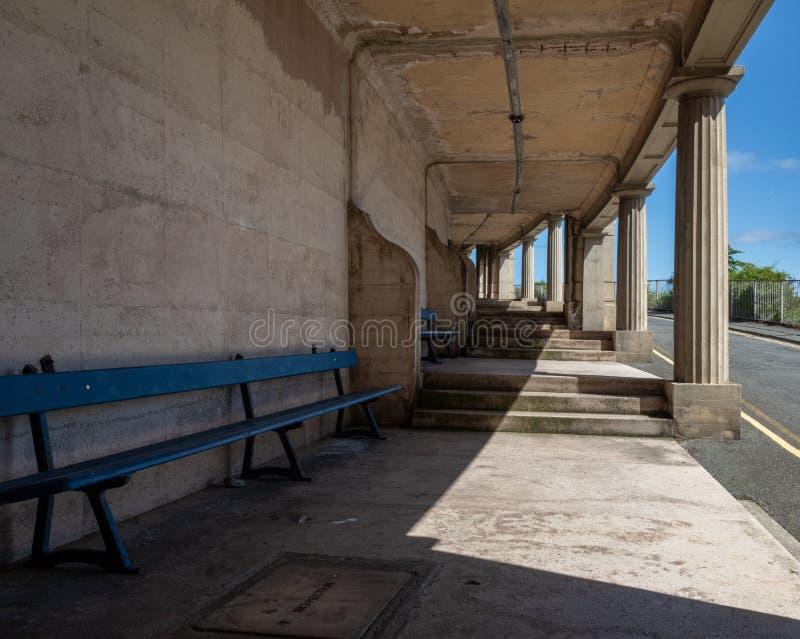 Bancs bleus et étapes en pierre et piliers vallée commande Llandudno le Pays de Galles en mai 2019 heureux photos stock