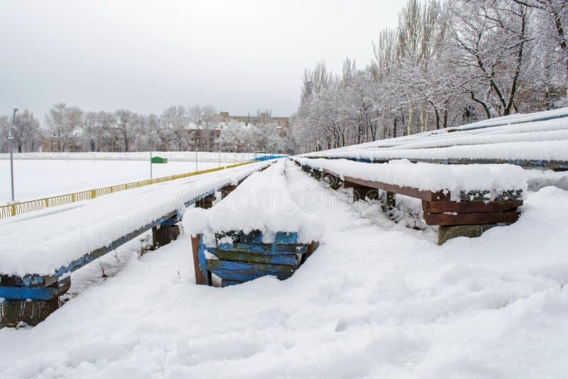Bancs couverts de neige au vieux stade photo stock