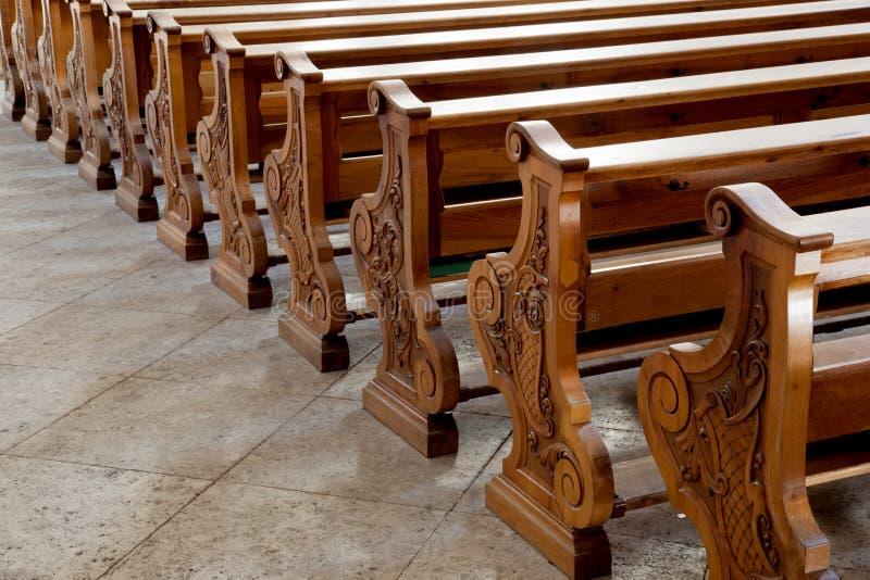 Bancs dans l'église catholique chez Cortina d'Ampezzo image libre de droits