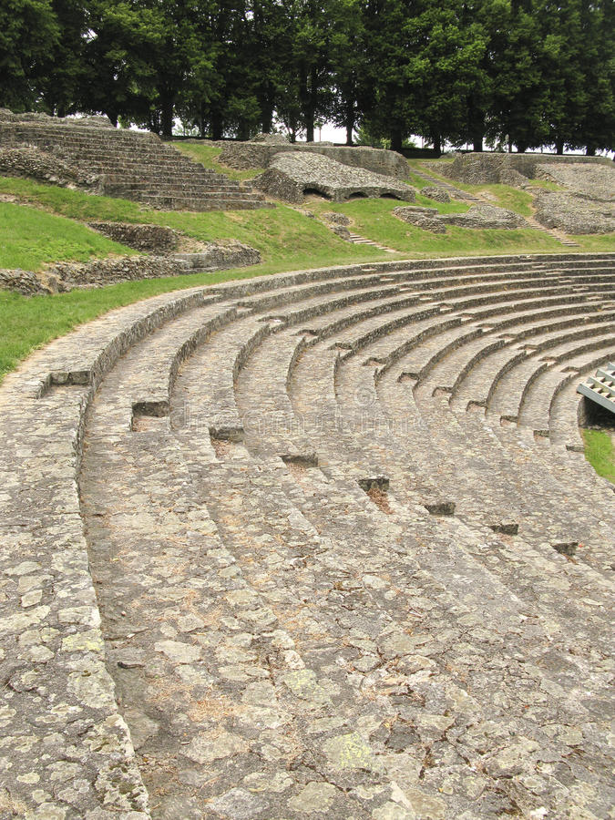 Bancs dans le théâtre romain antique photos stock