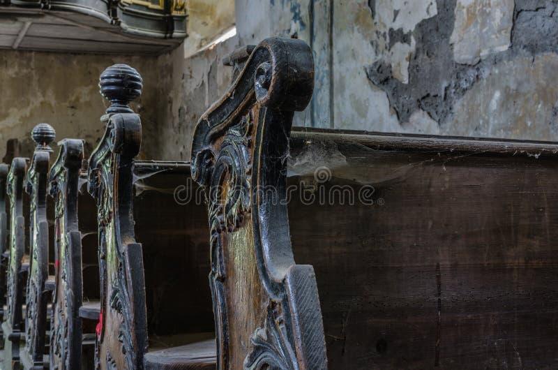 bancs de bois dans le détail d'église photographie stock