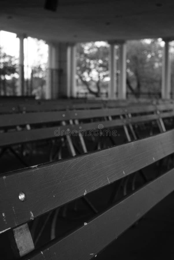 Bancs sous l'abri de parc en noir et blanc photo stock