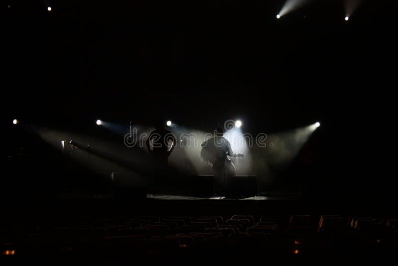 Band in den Schatten auf Stadium lizenzfreies stockbild