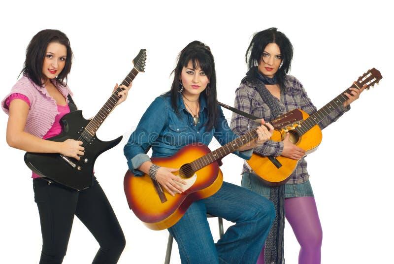 Band der attraktiven Frauen mit Gitarren lizenzfreie stockfotos