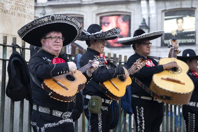 Band des Mariachis mit Gitarren auf der Straße von Madrid, Spanien 201 lizenzfreie stockbilder