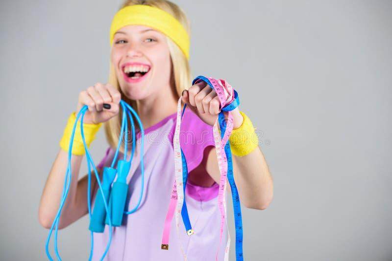 Band des springenden Seils und des Maßes des Mädchengriffs Nehmen Sie unten ab Trainingssport und -c$nähren Erhalten Sie bereiten stockfoto