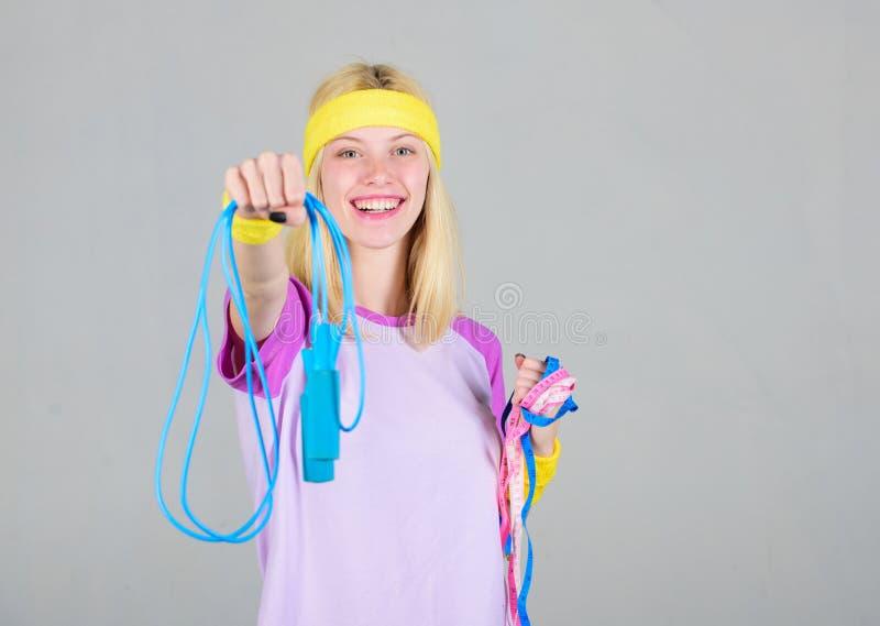 Band des springenden Seils und des Ma?es des M?dchengriffs Nehmen Sie unten ab Sch?ner Frauenbauch ?ber Wei? Trainingssport und - stockfotos