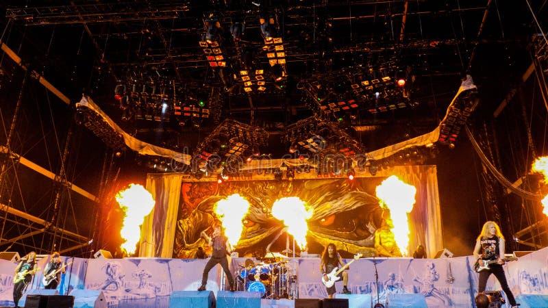 Band, die auf Stadium mit Feuer spielt stockfoto