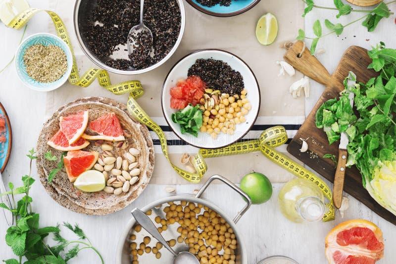 Band die met verscheidenheid gezond voedsel op houten lijst meten stock afbeeldingen