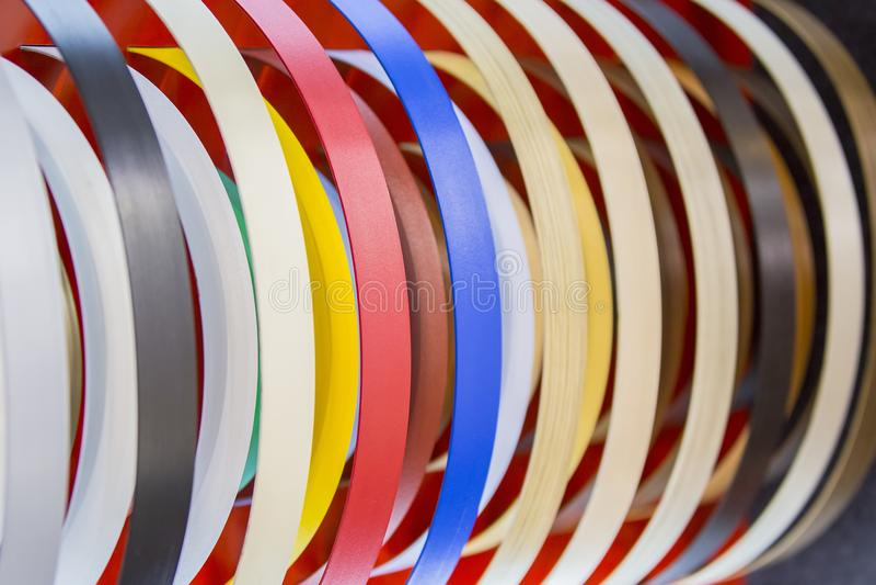 Band för fast färg eller för revär för kant för träkornPVC ABSkantrevär Uppsättning av kulöra termoplastiska kanter Mångfärgade s royaltyfri fotografi