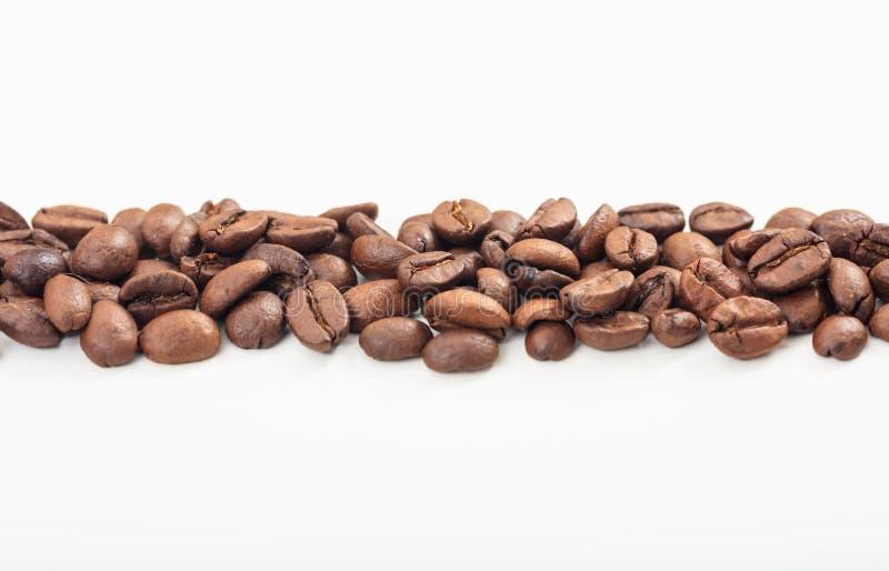 Band för kaffebönor på vit bakgrund royaltyfri bild