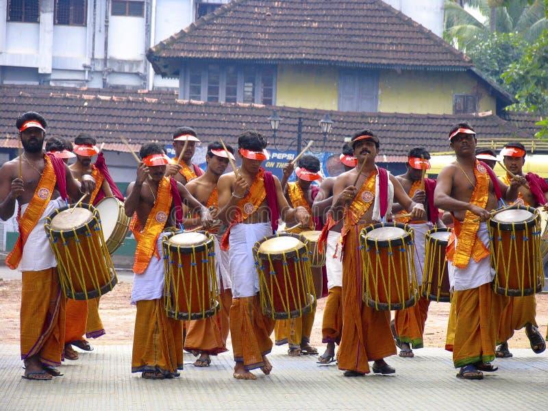 Band-Leute gekleidet für Onam-Festival Kerala stockfoto