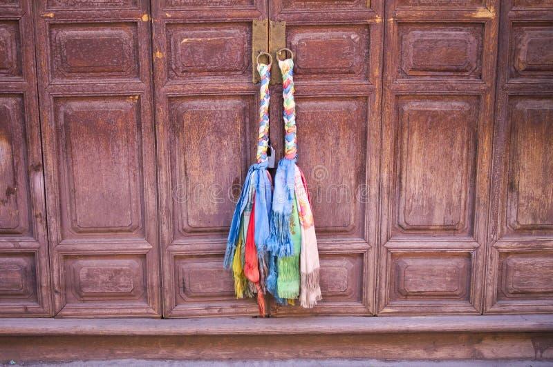 Band och rep för traditionell kines som hänger på en trädörr arkivfoton