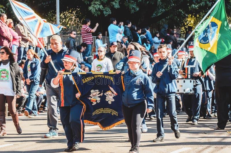 Band onderaan Ritmica van Juliano Varela-vereniging het paraderen bij Ca royalty-vrije stock foto's