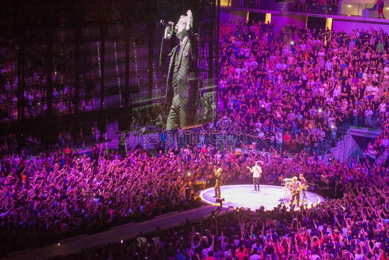 Band U2, die im Konzert in Mailand spielt stockfotografie