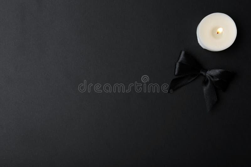 Band und Kerze auf schwarzem Hintergrund, Draufsicht lizenzfreie stockbilder