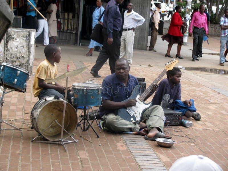 Band van blinde bedelaars speelmuziek in bestrating royalty-vrije stock afbeelding