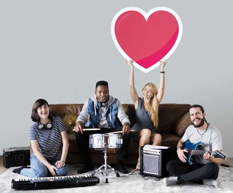 Band von den Musikern, die einen Herz Emoticon halten stockbilder