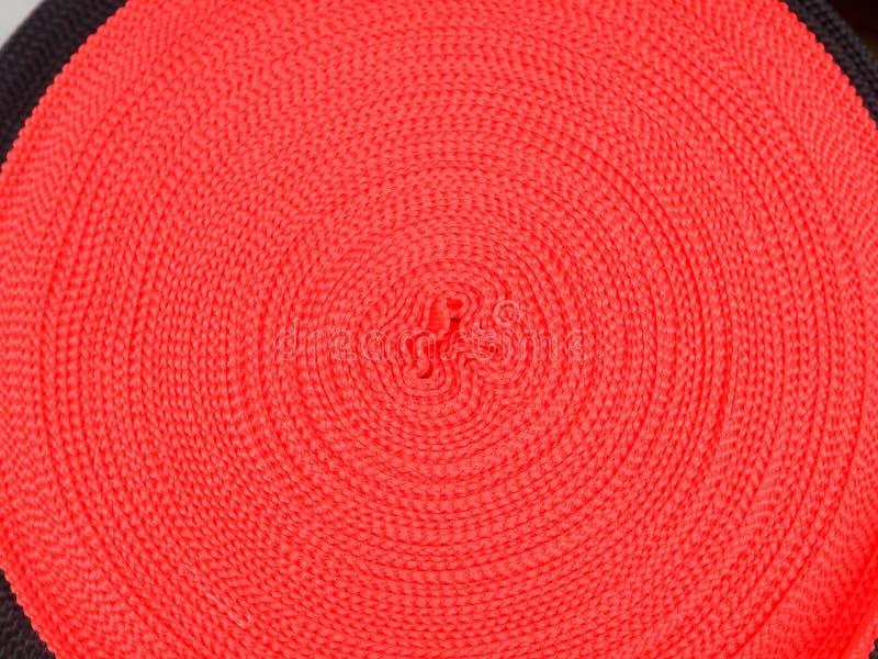 Band von verschiedenen Farben in den Spulen, viele mehrfarbigen Spulen für Textilindustrie, Kleidungsherstellung lizenzfreie stockfotografie