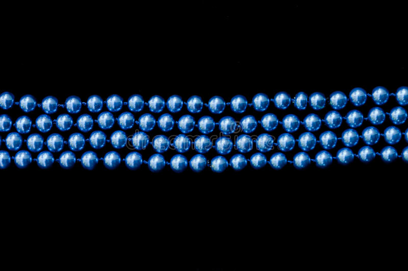 Banda de gotas azules sobre negro foto de archivo libre de regalías