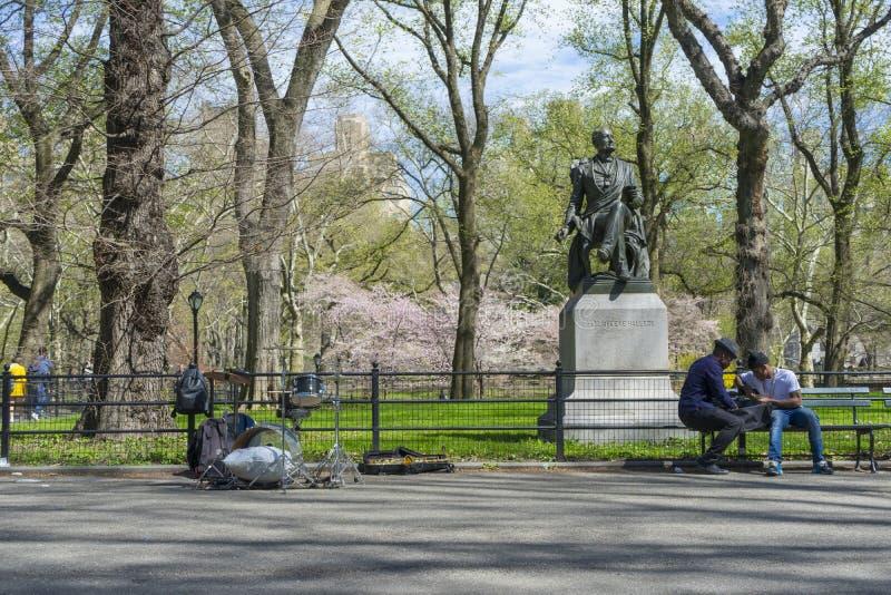 A banda de jazz do duo que executa na alameda e na caminhada literária no Central Park em New York, EUA fotos de stock royalty free