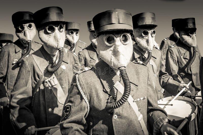 Banda de la guerra mundial 2 con las caretas antigás imagen de archivo