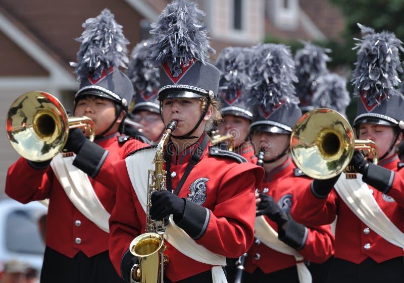 Banda de la High School secundaria que se realiza en desfile fotos de archivo libres de regalías
