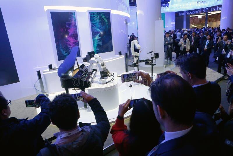 Banda de la música del robot del AI que juega en el Mobile World Congress 2019 fotos de archivo