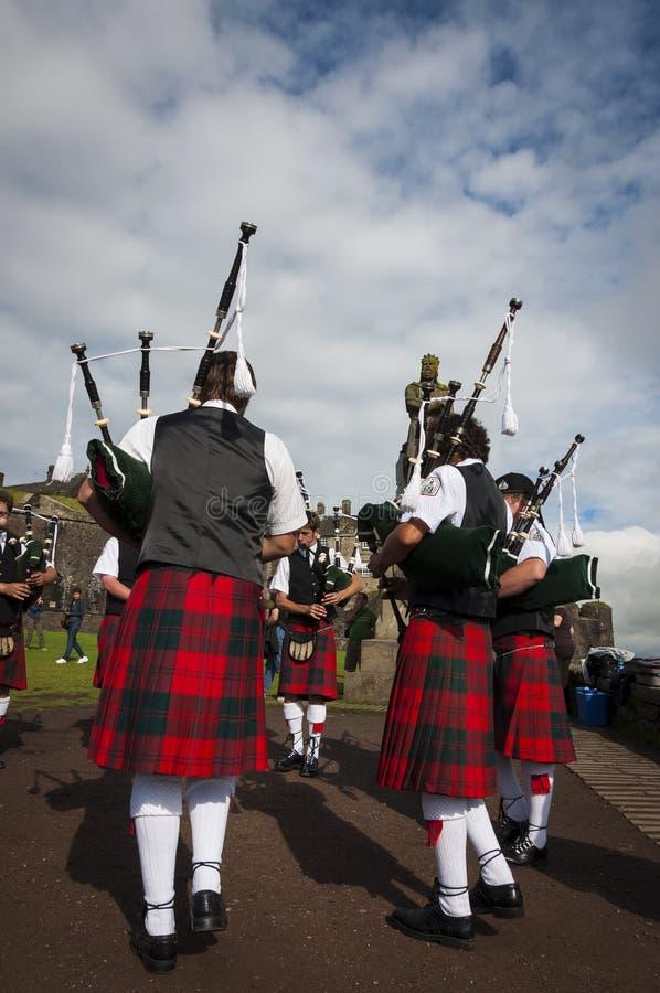 Banda de los gaiteros que juegan en Stirling Castle en Stirling, Escocia foto de archivo libre de regalías