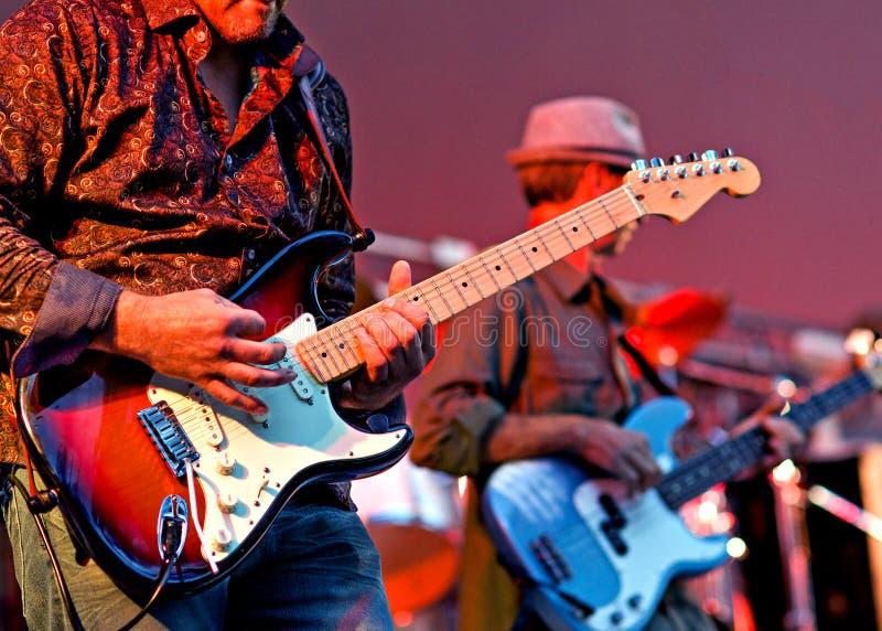 Banda de rock de los guitarristas foto de archivo libre de regalías
